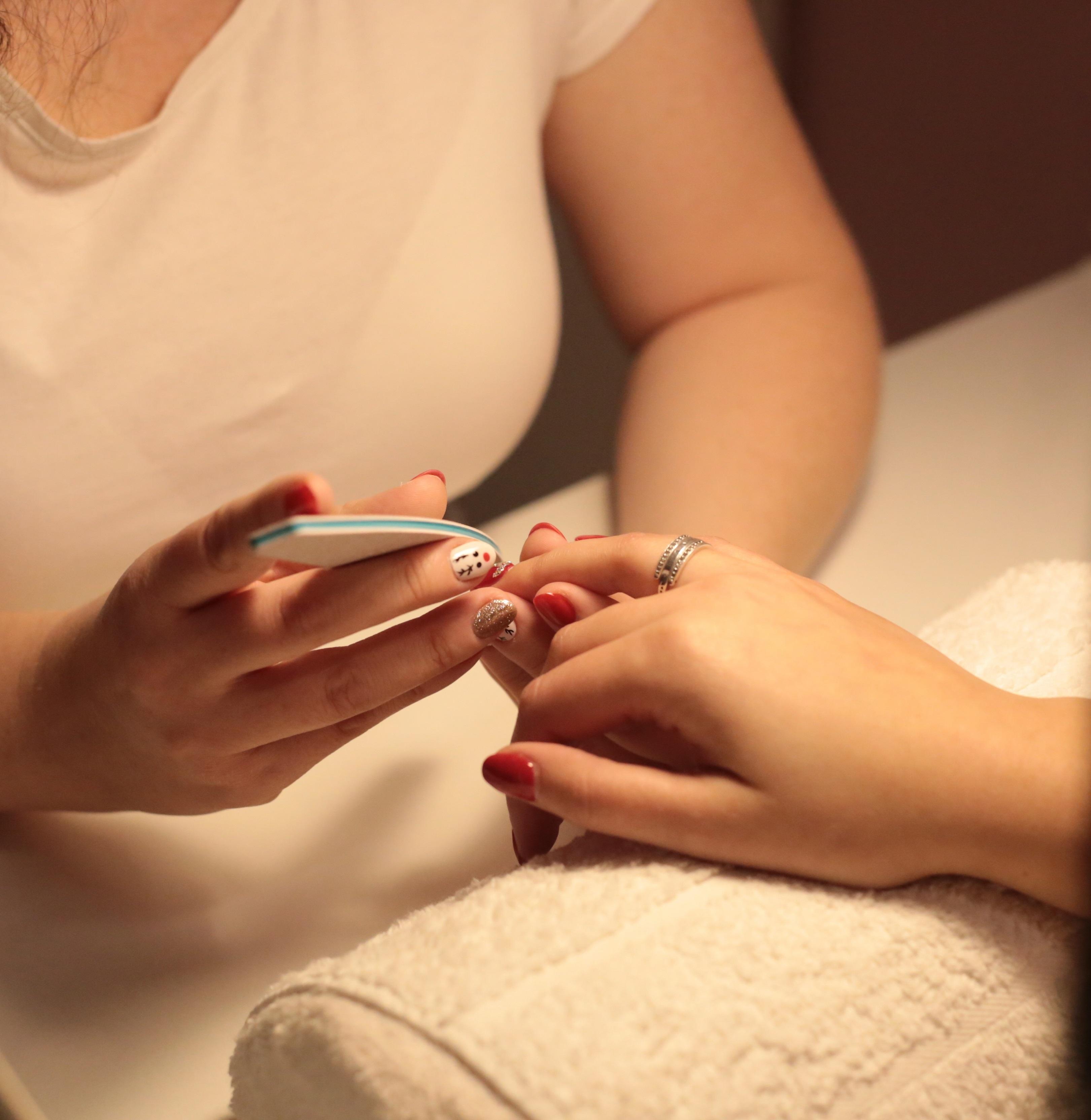 A nőiesség egyik látható megnyilvánulása a szépen ápolt kéz és láb.